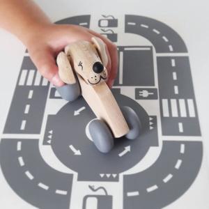 1 Speelgoedwinkel Daantje kind speelt met houten auto naturel met hond