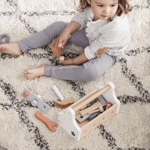 1000094 Speelgoedwinkel Daantje Kids Concept kind speelt met gereedschapskist
