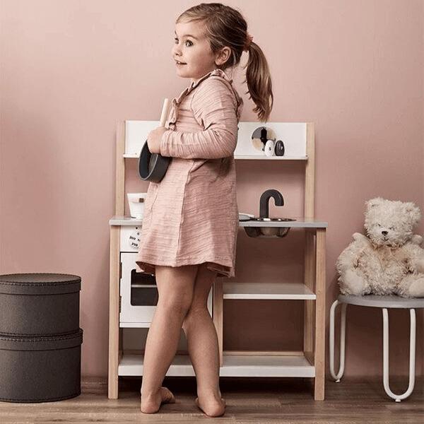 1000161 Speelgoedwinkel Daantje meisje speelt in houten keukentje
