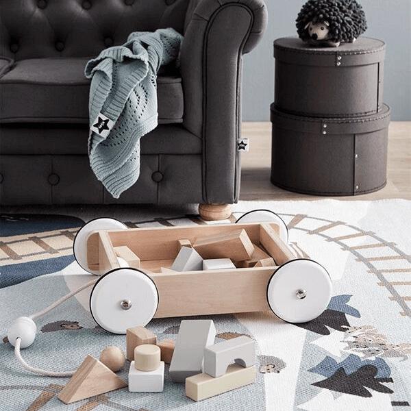 1000195 Speelgoedwinkel Daantje Kids Concept houten blokken en karretje in woonkamer