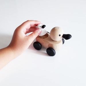 5 Speelgoedwinkel Daantje kind speelt met houten eend