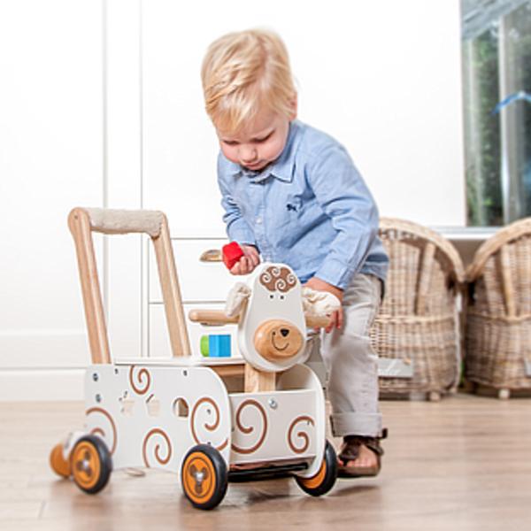 IM87401 Speelgoedwinkel Daantje houten loopwagen schaap met kind