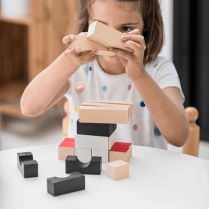 Speelgoedwinkel Daantje El Nan meisje speelt met blokken
