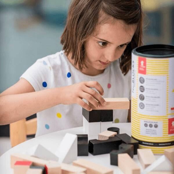 Speelgoedwinkel Daantje El Nan meisje speelt met houten blokken