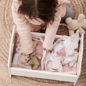 Speelgoedwinkel Daantje Kids Concept meisje speelt met houten poppenwiegje