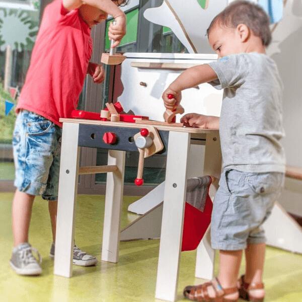 Speelgoedwinkel Daantje houten werkbank jongens aan het spelen